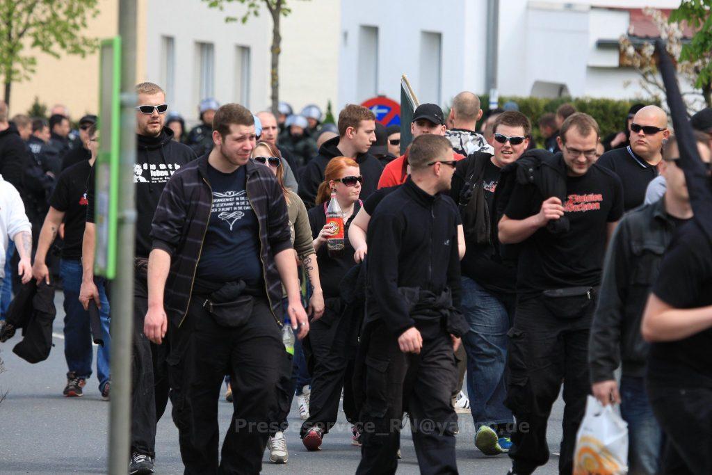 Nick Fischer (rechts mit Division Sachsen T-Shirt) beim Naziaufmarsch am 1. Mai 2015 in Saalfeld