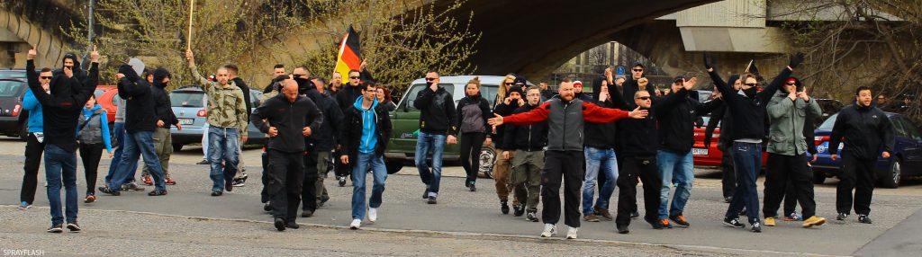 """Nazis der """"Freien Kameradschaft Dresden"""" und Umfeld am 13.04.2015 auf dem Weg zu PEGIDA im Ostragehege"""