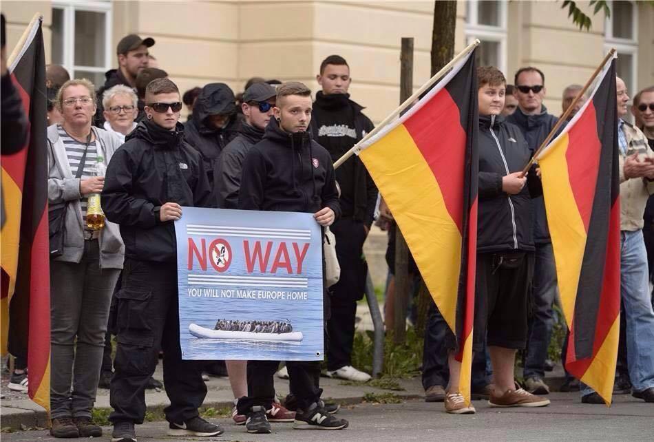 Robert Stanelle und Dominik Peukert bei einer Nazikundgebung in Dresden am 15.09.2015